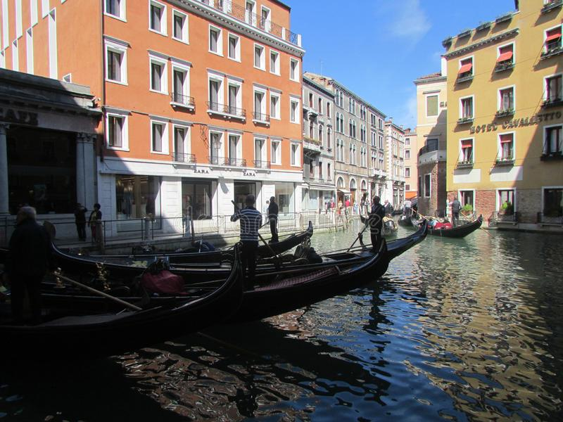 长平底船的,威尼斯,意大利着陆游人 库存图片
