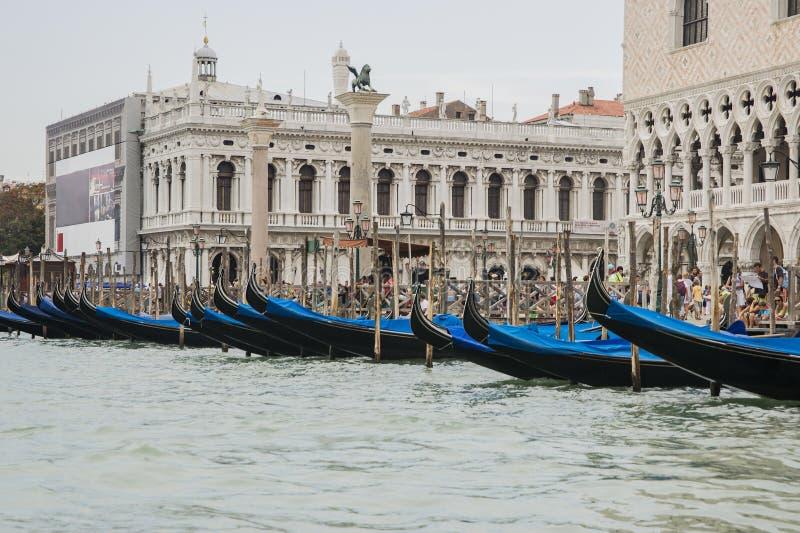 长平底船行在夏天威尼斯临近共和国总督宫殿 免版税库存照片