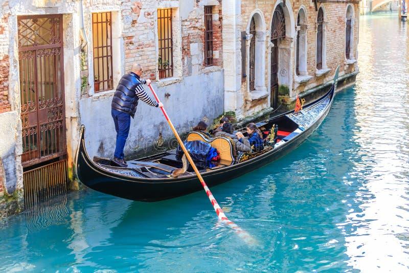 长平底船gondoliar游人 威尼斯 意大利 免版税图库摄影