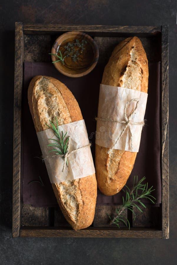长方形宝石面包用迷迭香 库存照片