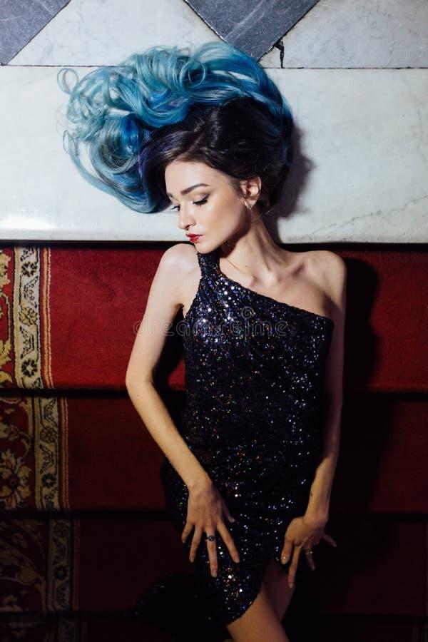 长期塑造华美的女孩画象有蓝色被染的头发的 美丽的晚上燕尾服 图库摄影