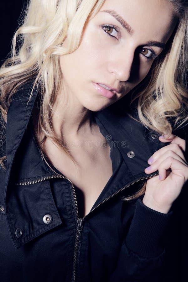 长期有吸引力的白肤金发的卷曲女孩& 免版税库存照片