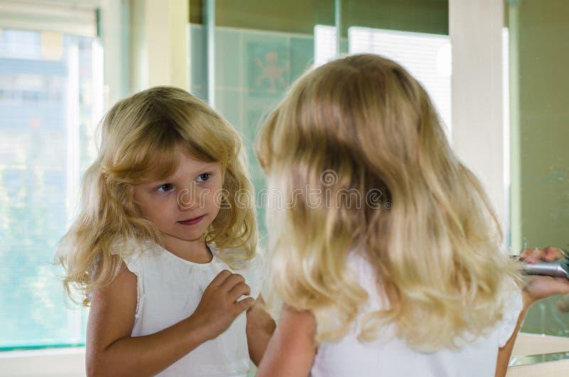 长期白肤金发的女孩头发 免版税图库摄影