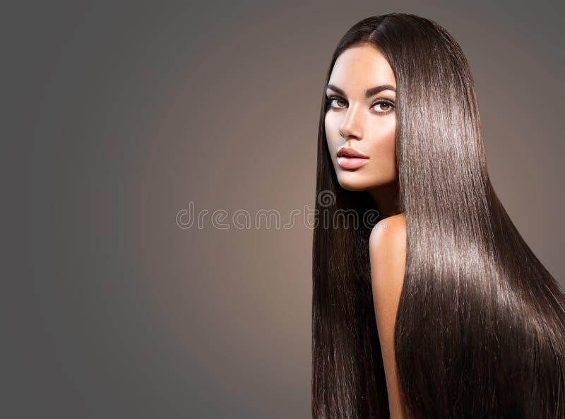 长期美丽的头发 有平直的黑发的秀丽妇女 免版税库存照片