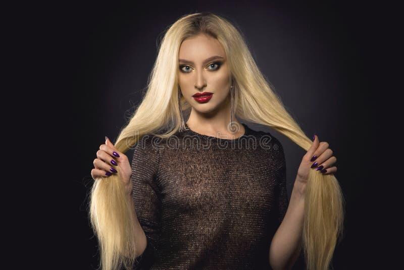 长期美丽的白肤金发的女孩头发 免版税库存照片