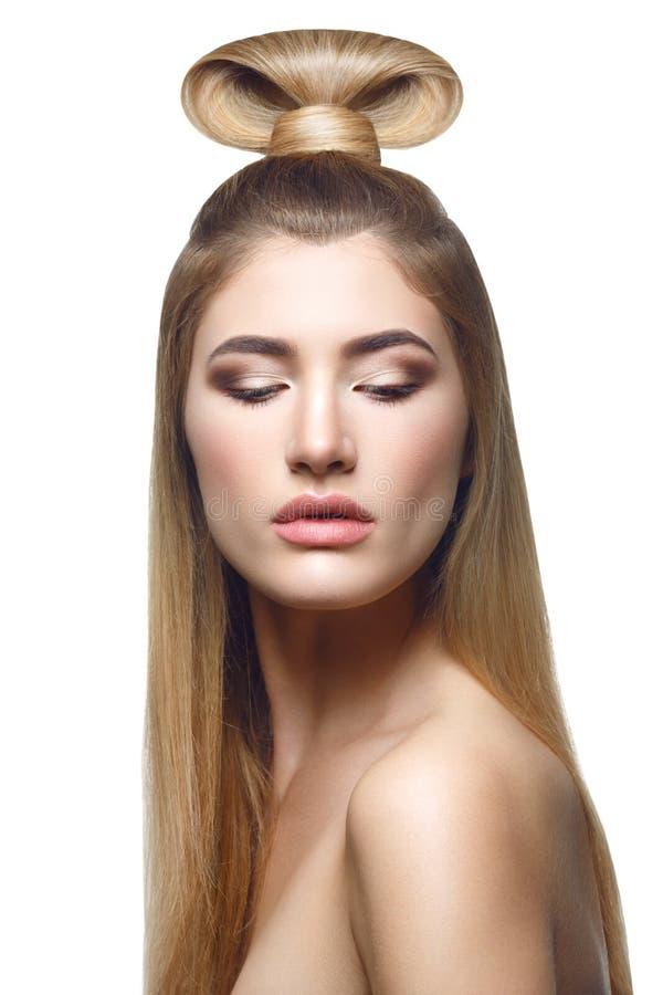 长期美丽的白肤金发的女孩头发 免版税库存图片