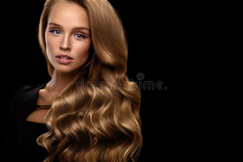 长期美丽的头发 与白肤金发的卷发的妇女模型 免版税图库摄影