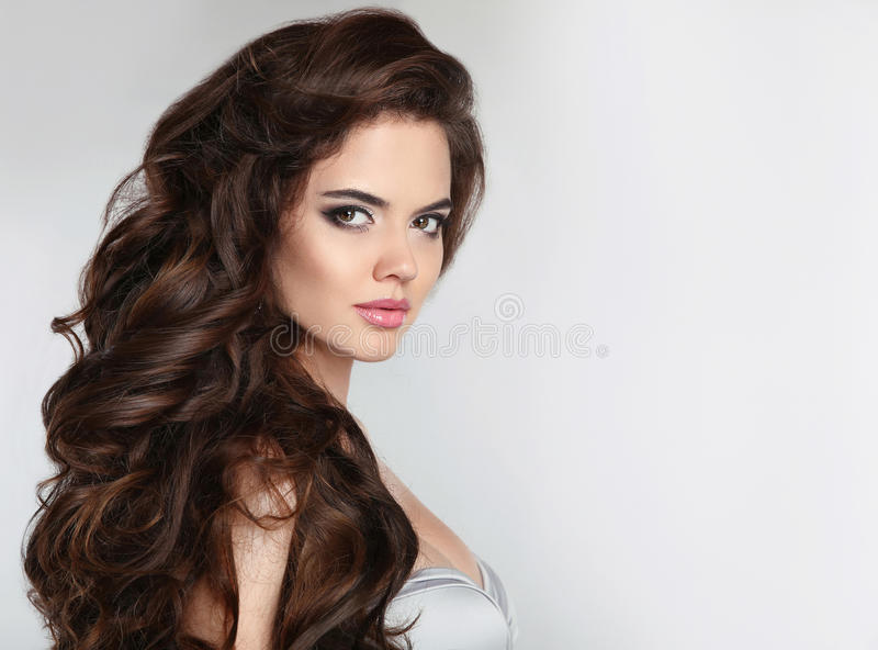 长期头发 有波浪发光的头发的美丽的女孩 秀丽构成 A 图库摄影