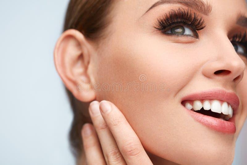 长期黑色睫毛 与软的皮肤,秀丽构成的妇女面孔 库存照片