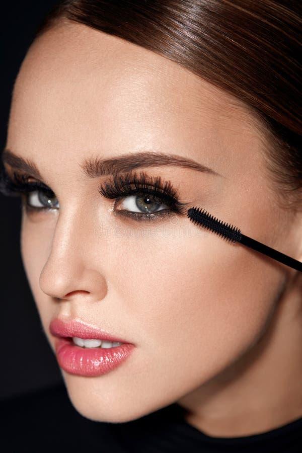 长期黑色睫毛 有应用化妆用品的构成的妇女 免版税库存照片