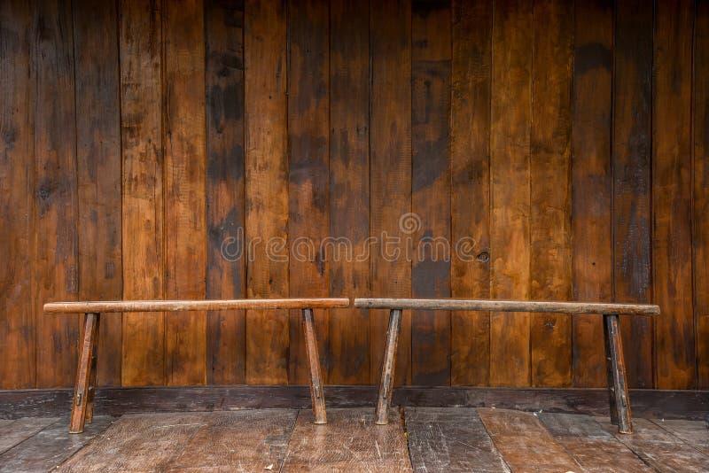 长木凳和难看的东西木头墙壁 图库摄影