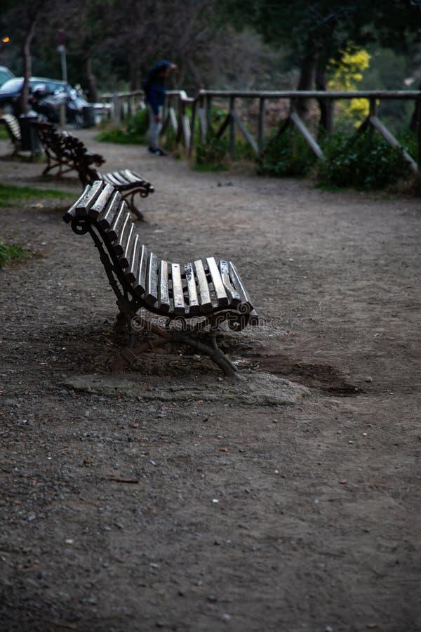 长木凳在一个公园有被弄脏的背景 免版税库存图片