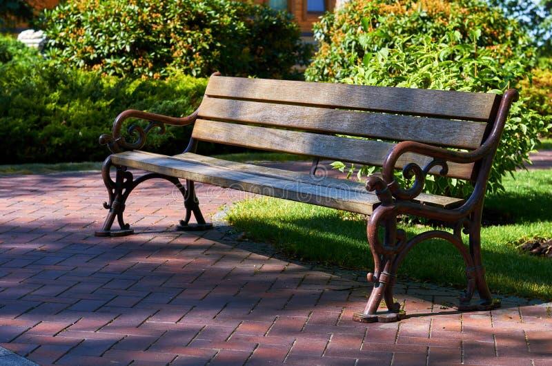 长木凳在公园,田园诗沈默早晨 免版税库存照片