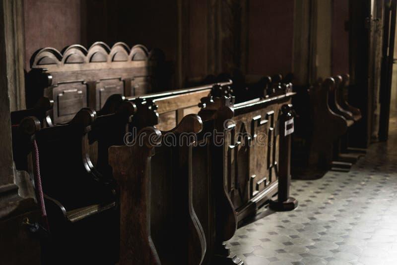 长木凳在教会里 库存照片