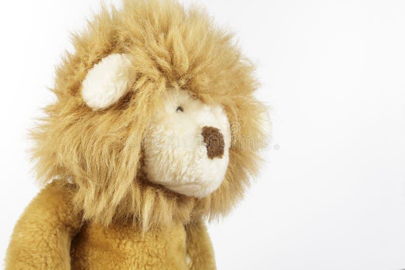长毛绒狮子侧视图在白色背景的 免版税库存图片