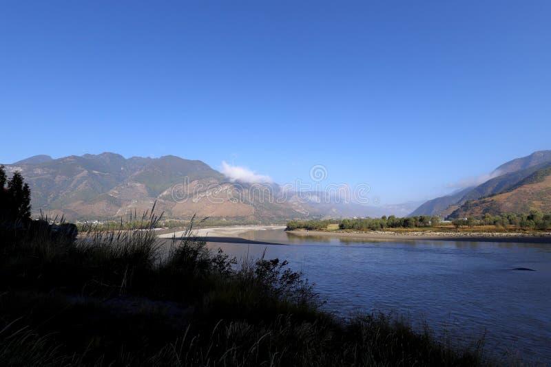 长江第一个弯在石鼓附近,云南,中国村庄的  图库摄影