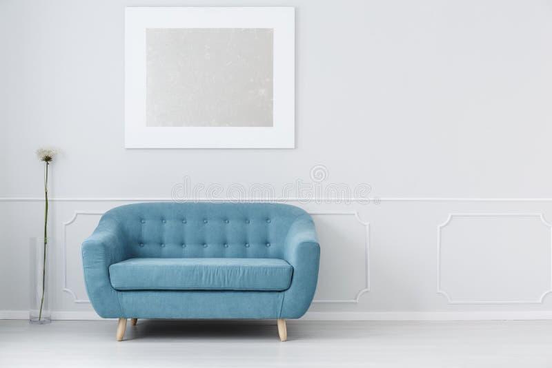 长沙发在等待的大厅里 皇族释放例证