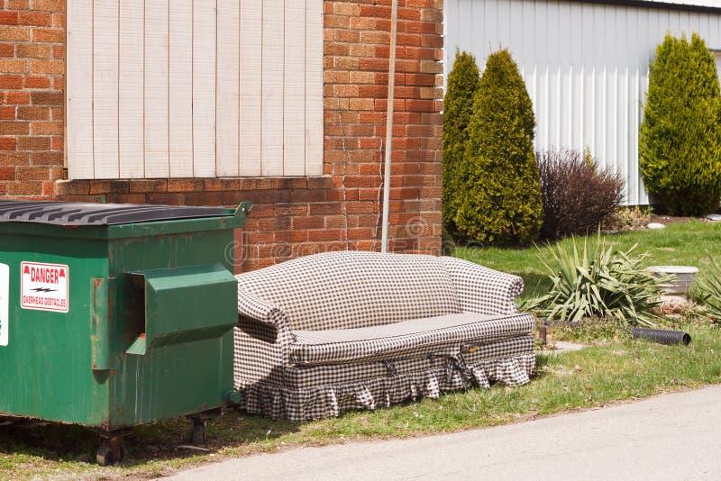 长沙发大型垃圾桶 库存照片