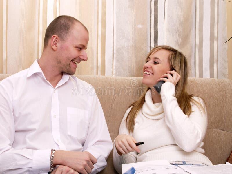 长沙发夫妇微笑 免版税库存图片