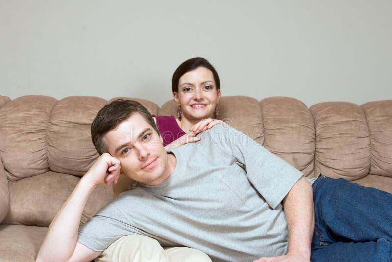 长沙发夫妇愉快的水平的开会 免版税图库摄影