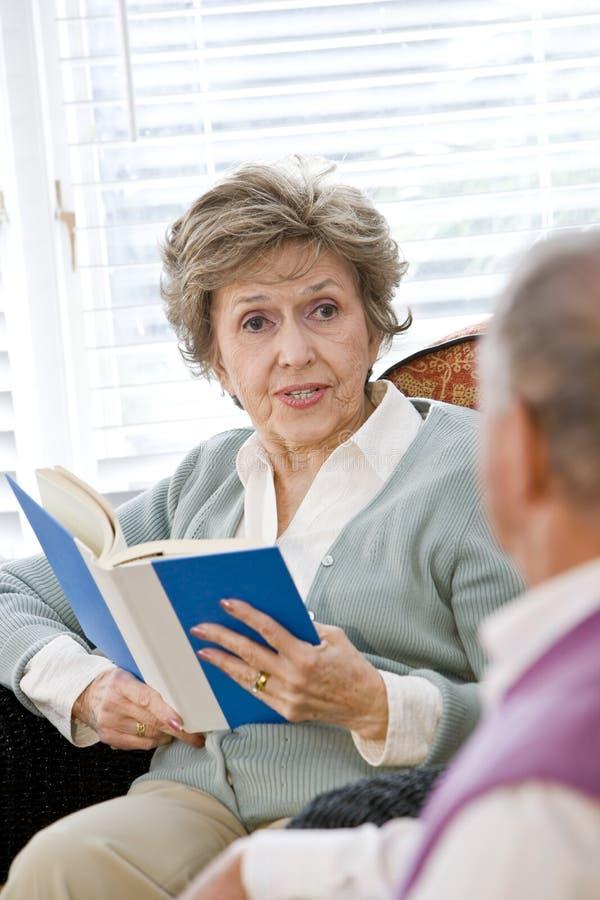 长沙发夫妇生存阅览室高级开会 免版税库存照片