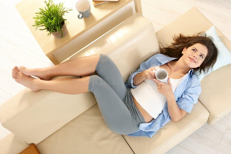 长沙发女孩客厅 免版税库存照片