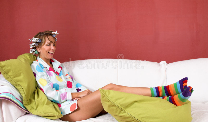长沙发女孩愉快放松 免版税库存图片