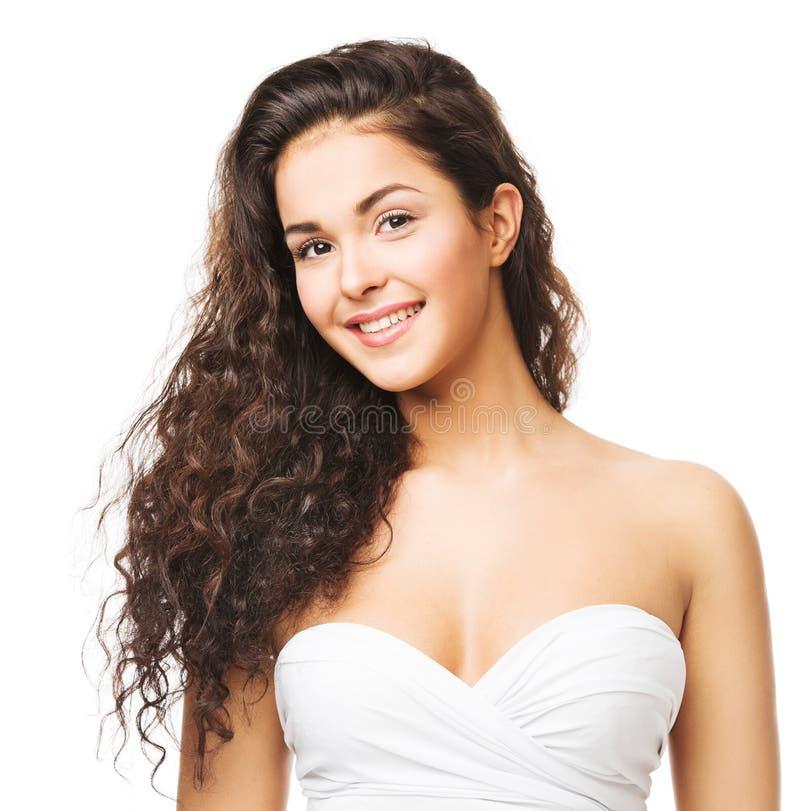 长波发型的褐发女人 美女微笑肖像,白色卷发 免版税库存照片