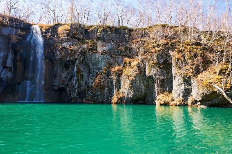 长白山脉美丽的深蓝水  免版税库存图片