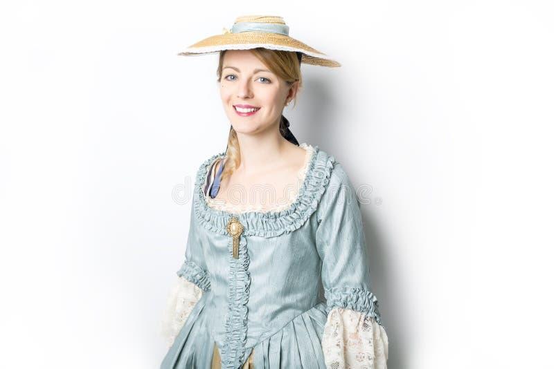 长的中世纪礼服的年轻美丽的妇女在白色 免版税库存照片