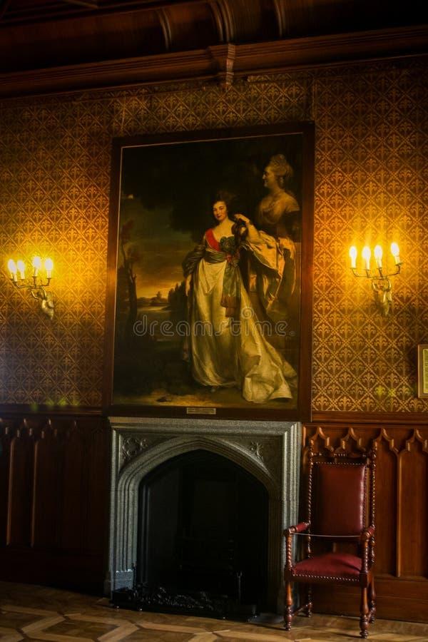 长的图片的克里米亚克里米亚沃龙佐夫宫殿内部妇女 免版税库存图片