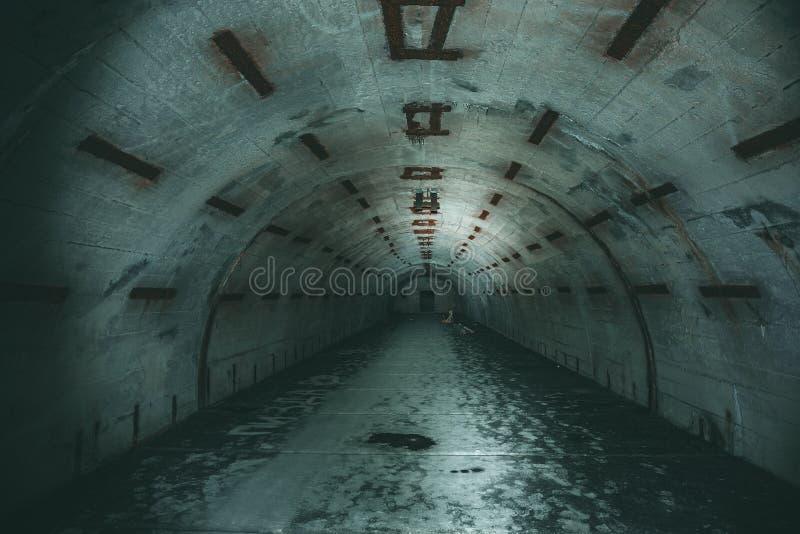 长的地下隧道或走廊在被放弃的苏联军事地堡或地下室 免版税库存图片
