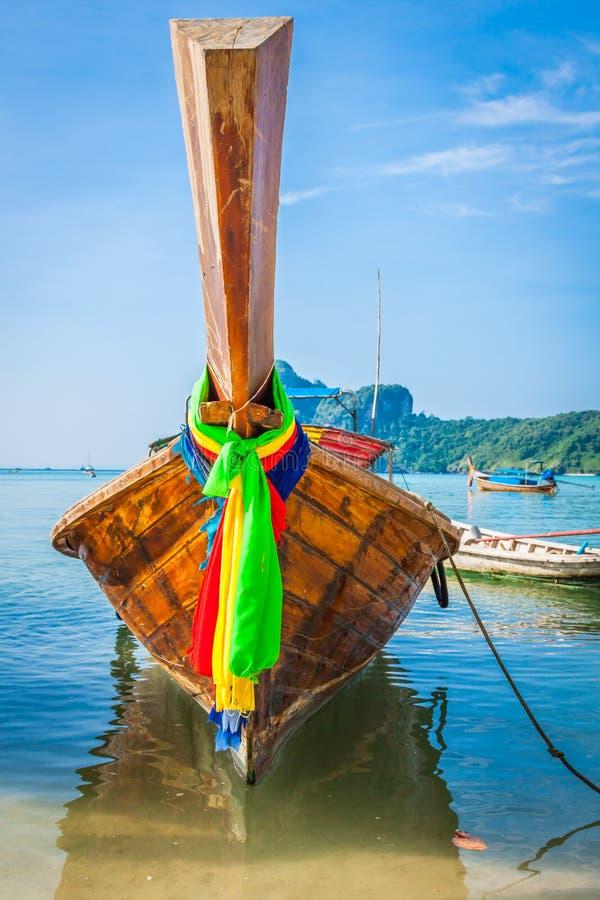 长的小船和热带海滩,安达曼海,发埃发埃海岛, Thaila 免版税图库摄影