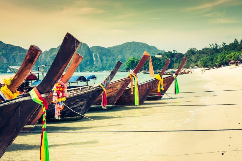 长的小船和热带海滩,安达曼海,发埃发埃海岛, Thaila 免版税库存照片