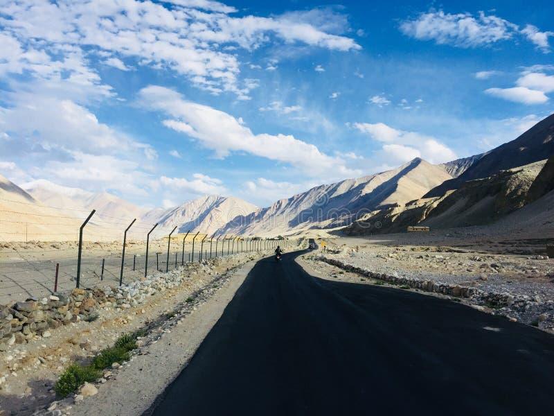 长的山路有令人敬畏的看法 免版税库存图片