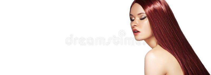 长的平直的布朗头发 与光滑的红色发型的性感的时装模特儿 与构成,角质素治疗的秀丽 Copyspace 库存图片
