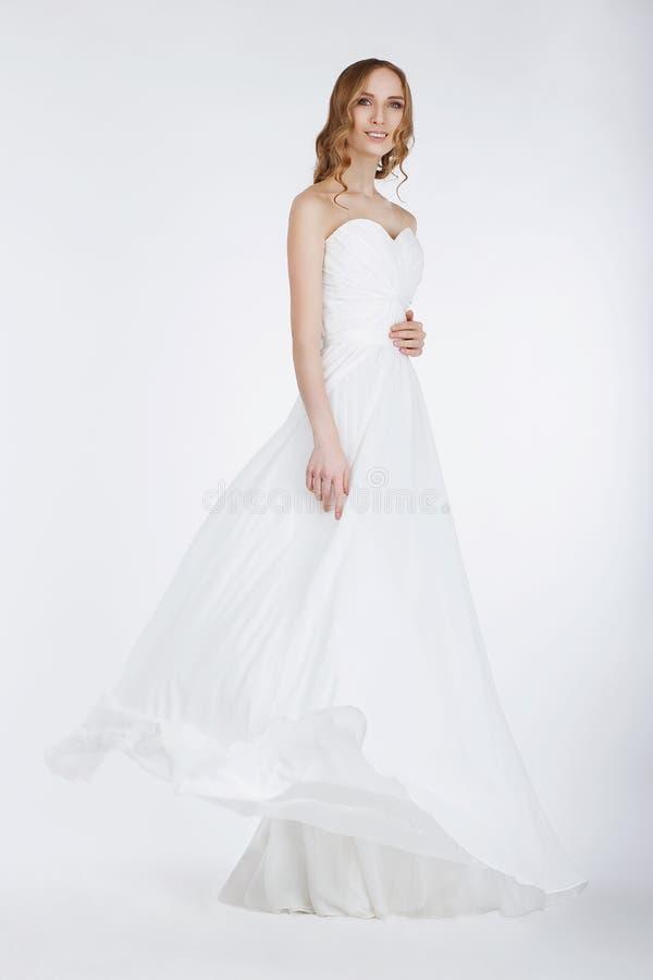 长的新娘礼服的典雅的新娘 免版税库存照片