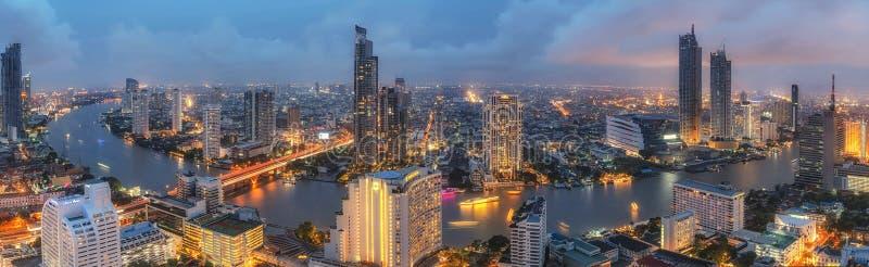 长的曝光全景射击了与雨季的曼谷城市居民 免版税库存图片