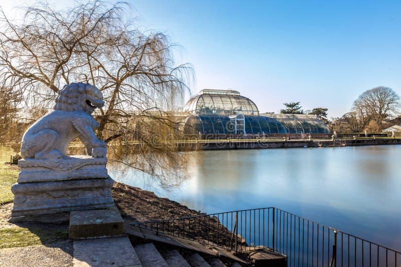 长的曝光射击了喷泉和亭子在Kew庭院里, Lond 库存照片