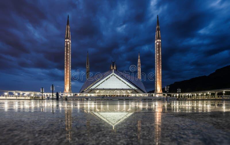 长的曝光费萨尔清真寺在伊斯兰堡,巴基斯坦在晚上 免版税库存照片