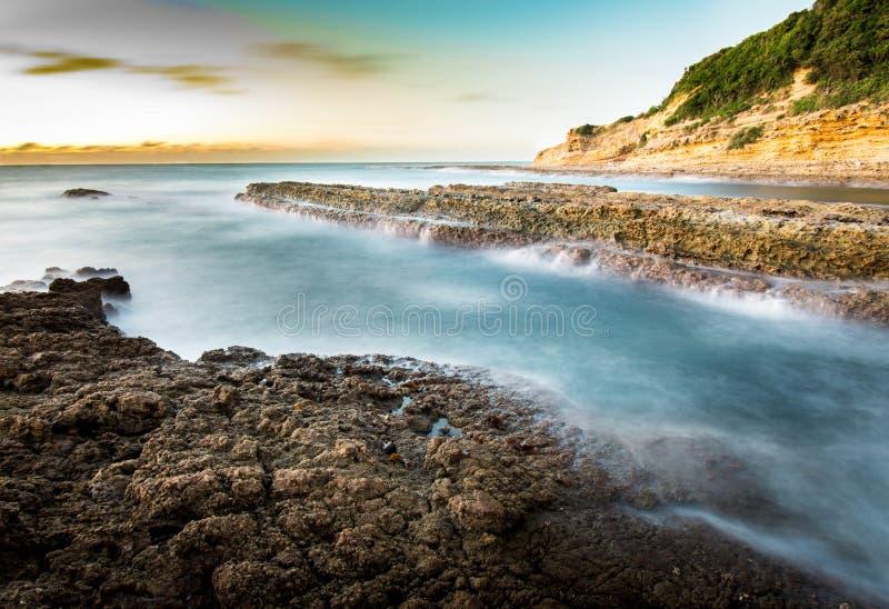长的曝光连接到海的射击了河在日落或黄昏期间在若松,北九州,福冈,日本 免版税库存图片