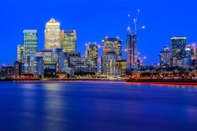 长的曝光,被阐明的都市风景在金丝雀码头,伦敦 库存照片