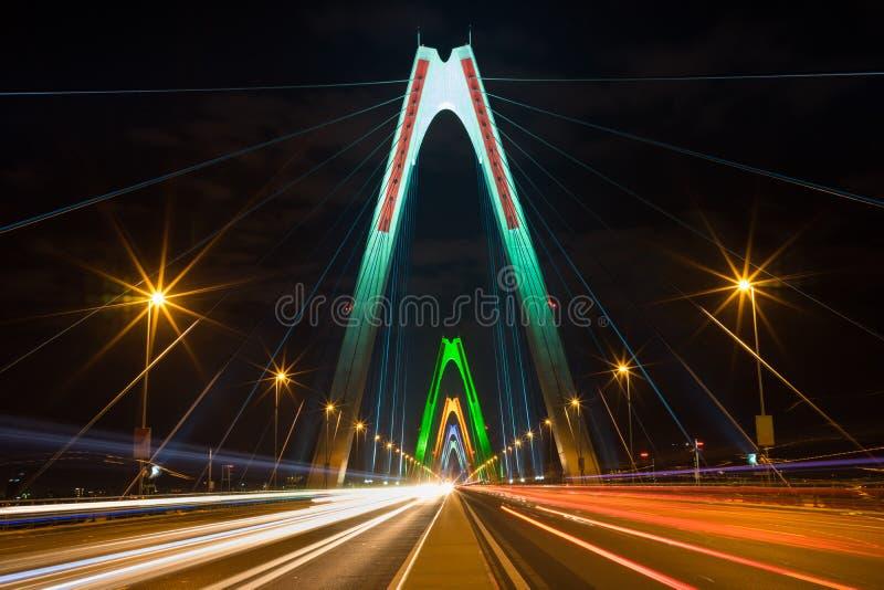 长的曝光Nhat Tan缆绳在晚上停留了桥梁 横渡红河的桥梁 免版税库存照片