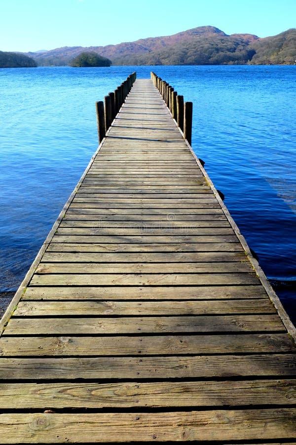 长的木对称美丽的木跳船,突出从 免版税图库摄影