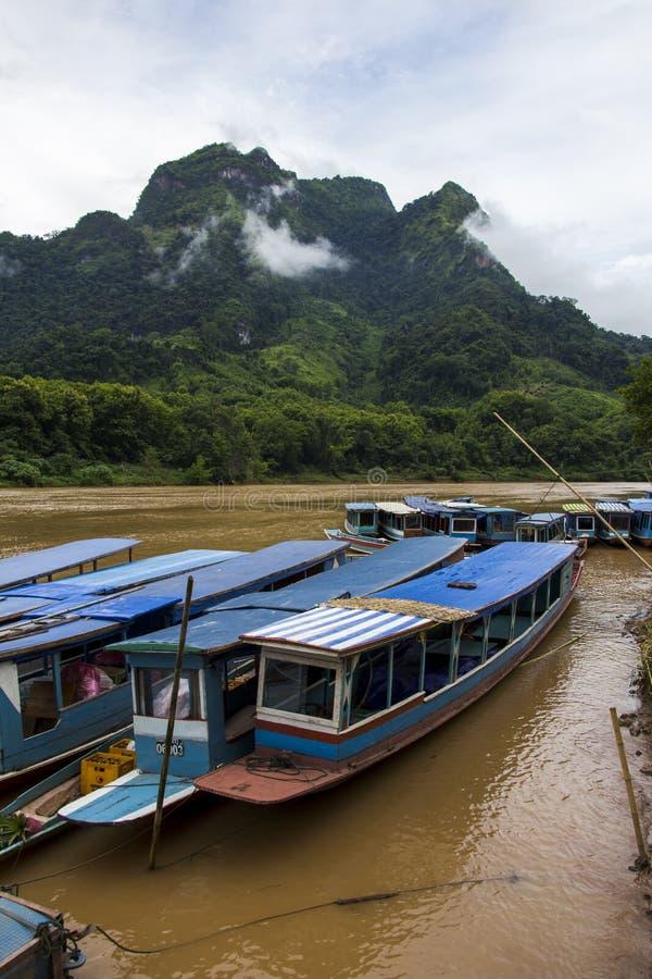 长的木小船出租汽车在老挝 免版税库存图片