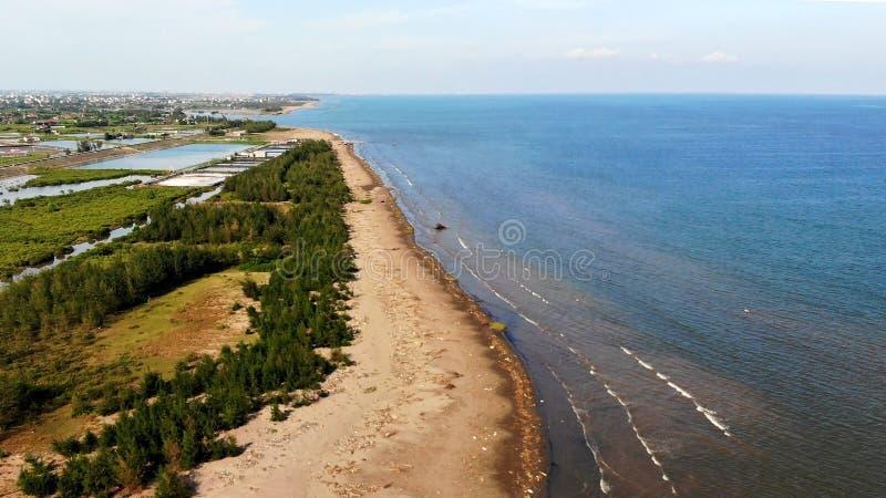 长的沙滩原始秀丽与波浪波浪的  库存图片