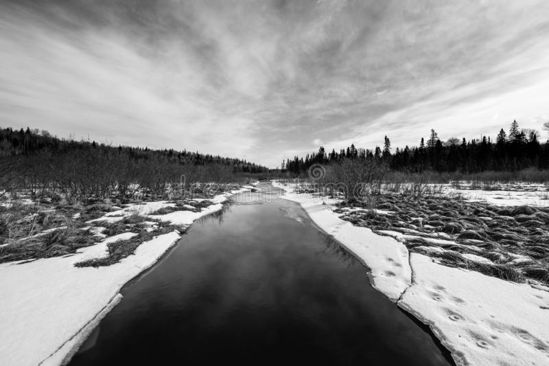 长的狭窄的小河在冬天 库存图片