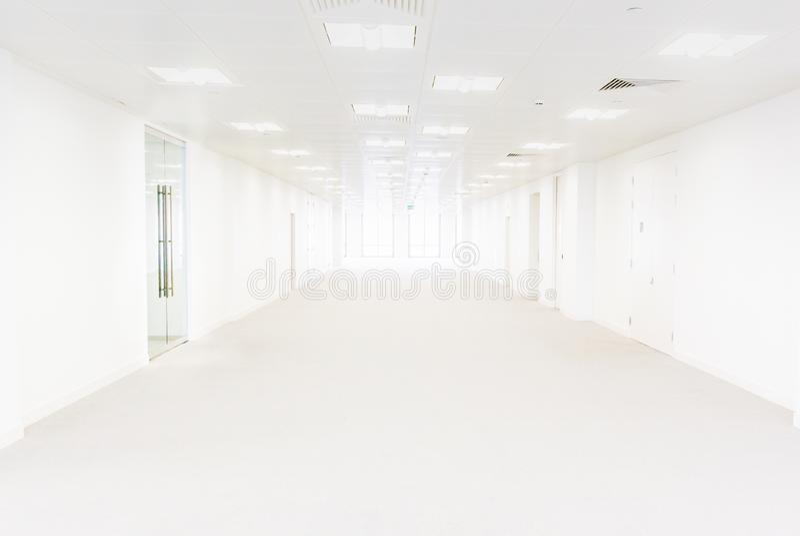 长的白色空的办公大楼或医疗中心 库存图片