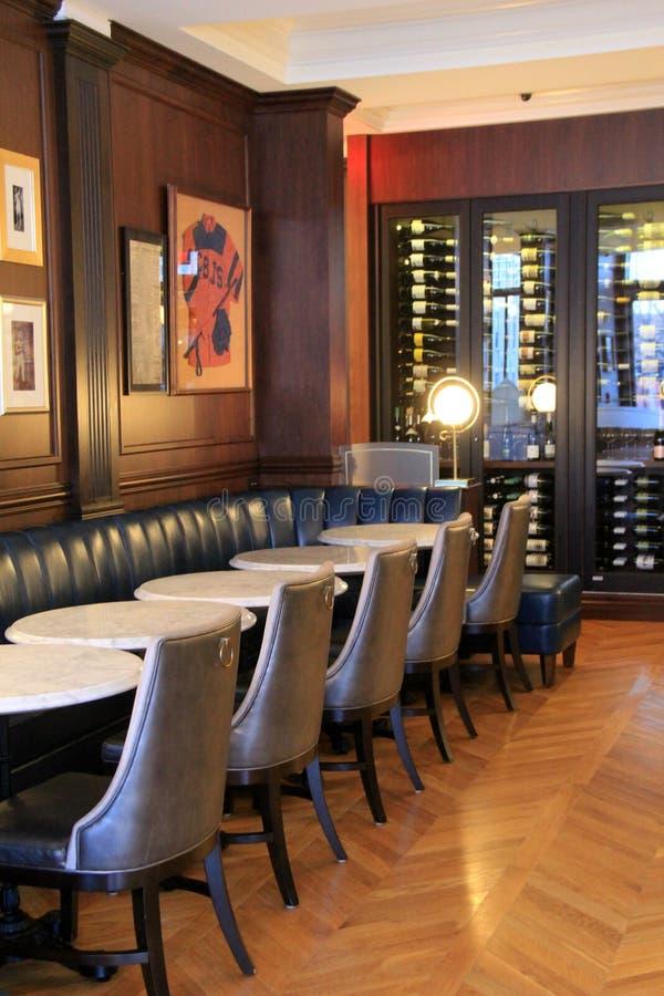 长的皮革长沙发、桌和椅子在Morrissey ` s客栈, Adelphi旅馆,萨拉托加斯普林斯,纽约, 2018年 免版税库存照片
