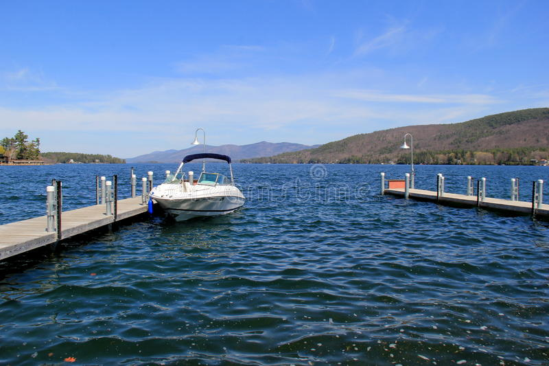 长的码头和被停泊的小船,湖乔治,纽约美好的场面, 2016年 免版税图库摄影